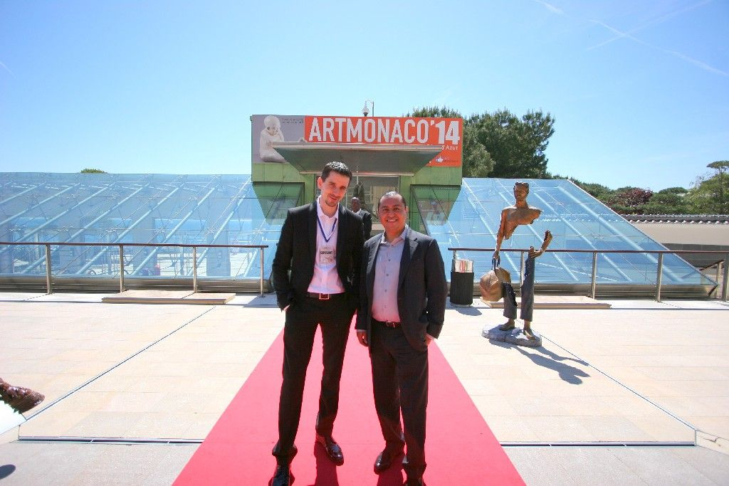 Od lewej: Paweł Kamiński, właściciel Touch of Art, i Johnessco Rodriguez z firmy Opus Eventi, która co roku organizuje targi w Monaco, przed wejściem do słynnego Grimaldi Forum.